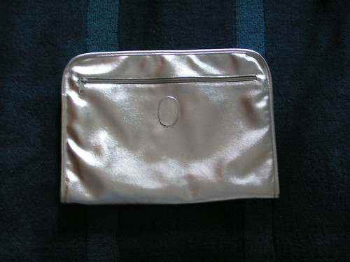Stor kuvertväska i silver.