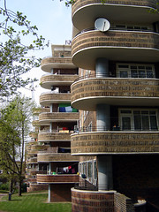 Aubert Court, Highbury (Fin Fahey) Tags: city uk greatbritain england urban building london geotagged europe unitedkingdom britain eu flats balconies monson innercity islington highbury n5 europeanunion councilestate northlondon socialhousing capitalcity innerlondon councilhousing northeastlondon pevsner finfahey aubertcourt ecpmonson lblcomp042