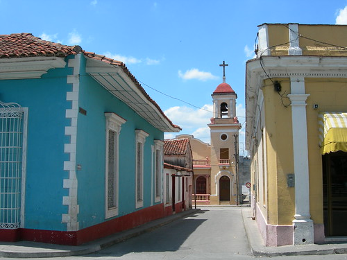 Church tower on side street, Sancti Spiritus por simon_white.