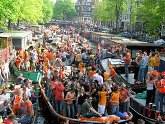 Crowded canals of Amsterdam (Bn) Tags: amsterdam 30 market free national april hoiday grachten jordaan oranje koninginnedag brouwersgracht boven qday at5
