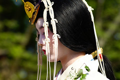 Up and down in Aoi Matsuri - 15 (aurelio.asiain) Tags: portrait people beauty face look festival japan temple persona japanese kyoto retrato traditional cara parade explore   sanctuary aoimatsuri  kamigamojinja    jappan aurelioasiain ionushi theasiaingallery