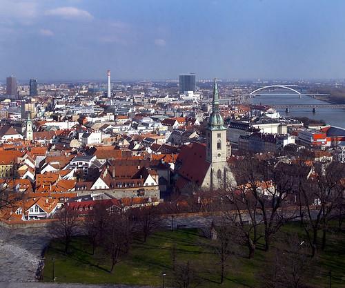Bratislava, panorama della città vecchia e ponti sul Danubio.
