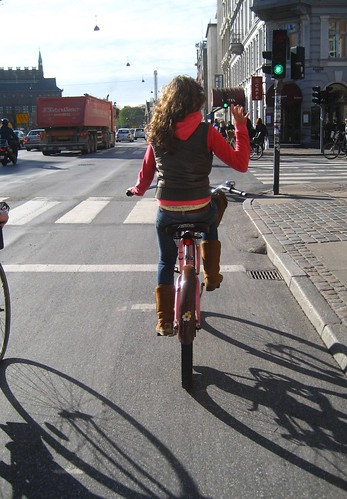 Another daily dose of Copenhagen cycle chic.