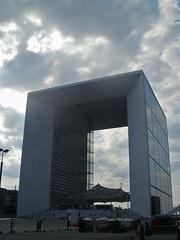 Arche de la Défense (Paolo Rosa) Tags: city sky paris france clouds europa nuvole arc capitale francia defense parigi grandeur chielo cttà