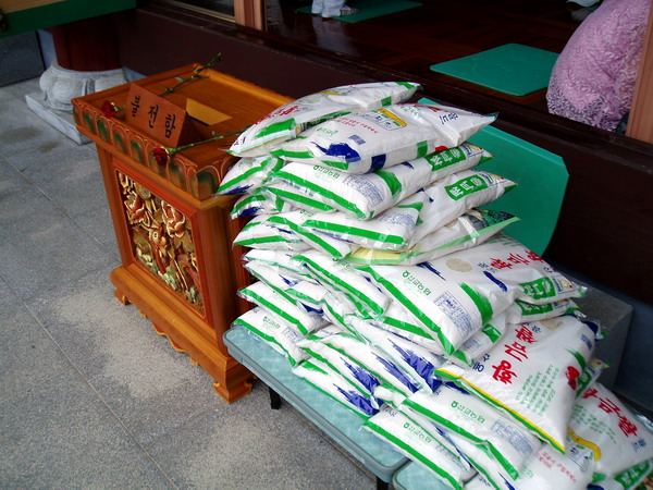 Рис и ящик для пожертвований