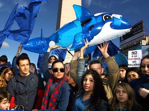 Natalia Oreiro junto a Ricardo Mollo en la Gran Marcha Azul