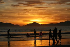 Sunset, Guaruja style (zero PS) (Ricardo Carreon) Tags: sunset pordosol people mountains men beach topf25 water brasil children women topv1111 silhouettes explore soe guaruja puestadelsol cy2 challengeyouwinner superhearts explore27apr2007