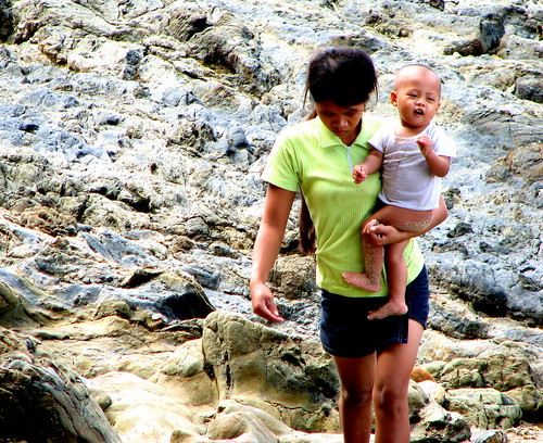 El Nido, Palawan mother carries her baby Pinoy Filipino Pilipino Buhay  people pictures photos life Philippinen  菲律宾  菲律賓  필리핀(공화국) Philippines
