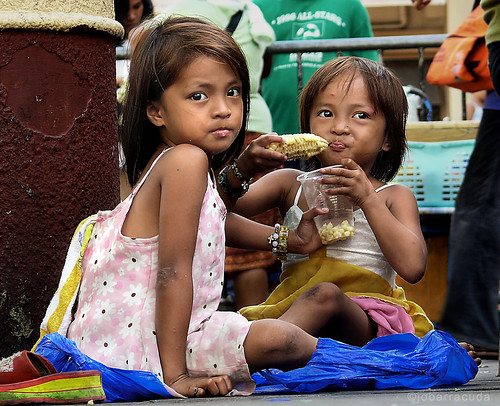 Quiapo Church, Manila sisters sharing snack eating merienda corn cob boiled city scene Buhay Pinoy Philippines Filipino Pilipino  people pictures photos life Philippinen  菲律宾  菲律賓  필리핀(공화국)  girl