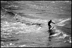 Surf en Tapia (2) (DavidGorgojo) Tags: bw backlight contraluz surf bn longboard hp5 olas ilford goanna tapia tapiadecasariego minoltadynax5 blueribbonwinner tabln destellos abigfave campeonatodelmundodesurfgoannapro2007 olaspequeas