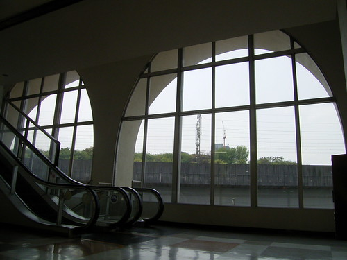 06 サンスクエア-02.レトロな窓越し