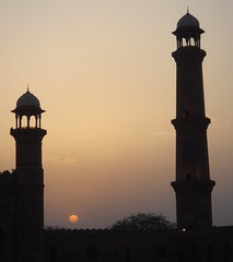 Minarets at sunset (Swamibu) Tags: pakistan sunset beautiful minaret great mosque 101 excellent lahore 600views badshahi 25faves mywinners anawesomeshot flickrdiamond fiveflickrfavs
