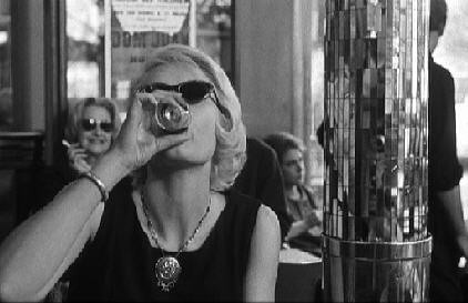 Cleo from 5 to 7, Cleo drinks at cafe