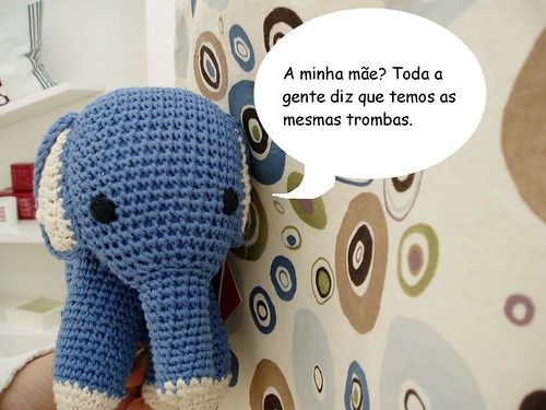 Elefante sobre a mãe