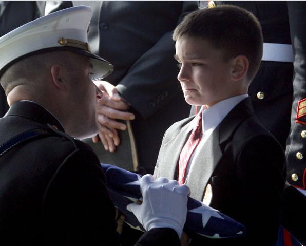 Fils d'un Marine, aux funérailles de son père
