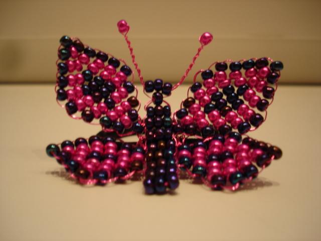 Roosa-metallik liblikaga juuksekumm