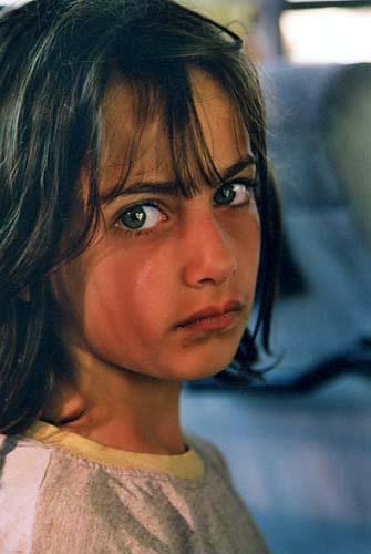 Sestra otkrivaet baklava. Курдская девочка.