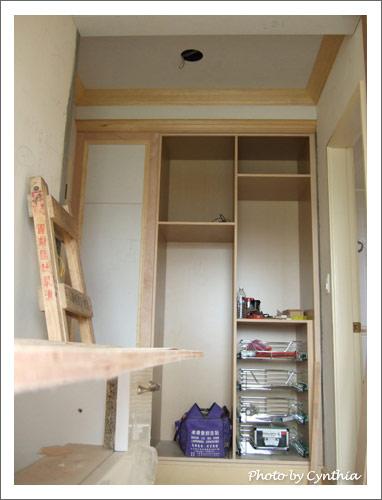主臥門口衣櫥的不鏽鋼籃裝好了