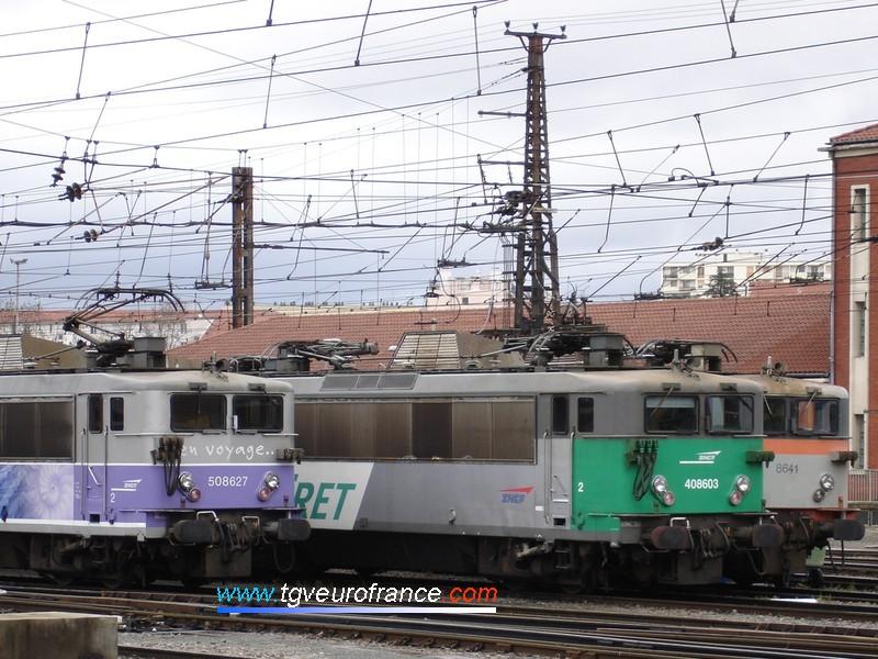 Trois locomotives BB 8500 SNCF grande cabine arborant trois livrées différentes au dépôt de Toulouse
