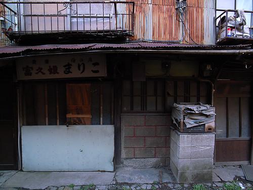 錆びた軒下