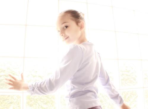 フリー画像|人物写真|子供ポートレイト|外国の子供|少女/女の子|窓辺の風景|フリー素材|