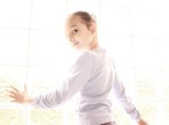 [フリー画像] [人物写真] [子供ポートレイト] [外国の子供] [少女/女の子] [窓辺の風景]      [フリー素材]