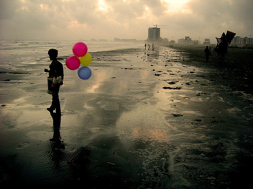 Returning to the same ocean. (Karachi, Pakistan.) / Ali Khurshid