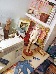 Unoa Lusis - Working space in the middle of the night (Lola  Atelier Momoni +) Tags: studio doll pants sewing room jeans singer toyota denim ribbon bjd blythe dollfie sewingmachine abjd sewingroom latidoll serger unoa lati lusis alchemiclabo ateliermomoni  troursers unoajeans