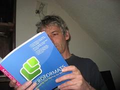 en train de lire le livre de John Allsopp!