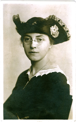 Young Bess and her hat.