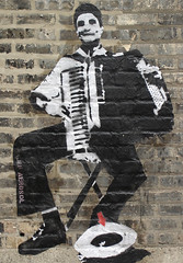 Jef Arosol - Chicago 2005 - accordoniste (Jef Aerosol) Tags: street urban chicago paris france art graffiti stencil spray jef aerosol rue accordeon urbain pochoir bombage