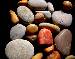 Guijarros. (Yoajenjo) Tags: red brown black colors grey gris stones negro grau colores steine pebble braun rotten marron farbe schwarz negre piedras fabolous kiesel nikoncoolpix guijarros roig marro geröll thebiggestgroup obssesiveflickrites diamondclassphotographer flickrdiamond superhearts themostonflickr platinumheartaward