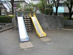 20 よく区画整理された住宅地の公園 01.贅沢な滑り台