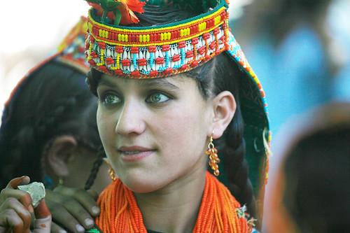 Ένα κορίτσι από τους Kalash με πράσινα μάτια!
