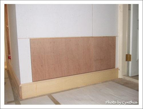 客浴門口,工作桌背面的收納