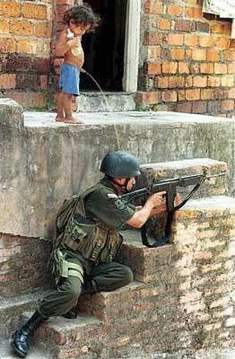 Niño meando sobre un soldado