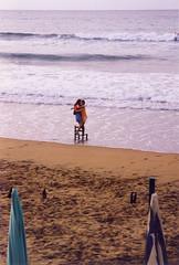 Abrazo - Hug (marencalma) Tags: zarautz abrazo chicas playa mar agua pas vasco ola espuma surf basquecountry pasvasco