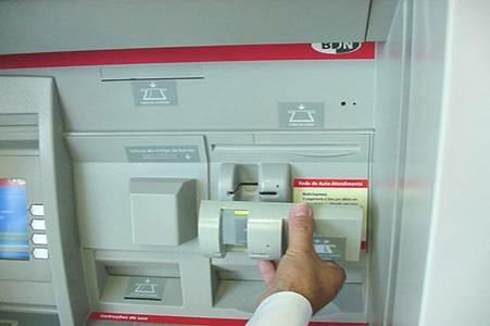 Как воруют денежеки с пластиковой карты.  Установка скиммера на банкомат.