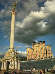 Kiev grandeur (maistora) Tags: pink blue sky orange cloud monument glass yellow statue mobile stone clouds phonecam camphone square gold hotel crowd cellphone ukraine tourists column kiev maidan ukraina 12mp sonyericssons700