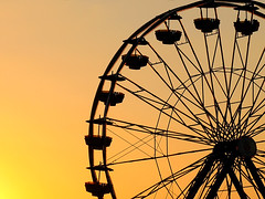 Ferris Wheel at sunset (Imapix) Tags: voyage travel sunset sky orange canada nature topf25 colors soleil photo colorful photographie ride natural qubec favourites mostinteresting ferriswheel favs coucherdesoleil imapix yourfavpix favpix topfavpix gatangbourque gatanbourque copyright2006gatanbourqueallrightsreserved  copyright2006gatanbourqueallrightsreserved pix50 imapixphotography gatanbourquephotography