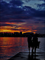 Conversa de botas batidas (LeonRodrigues) Tags: sunset pordosol brazil people lake water gua braslia brasil lago fire pessoas topc50 cybershot fotolog p92 fogo fotosafari conchaacstica
