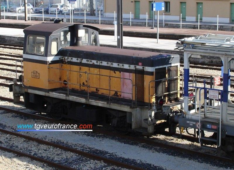 Un locotracteur Diesel Y7100 en livrée Arzens attelé à un wagon de l'AES de Caen