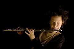 Ele ama uma flauta (sis Martins) Tags: musiker dom improvisation musik msica filho msico paixao querflte 50mmf14af leidenschaft superbmasterpiece improvisaao begabung janthiago flautatransversal