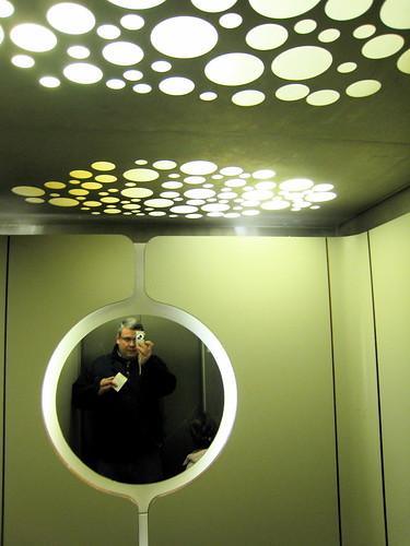 Autoportrait dans un ascenseur futuriste des années 1970