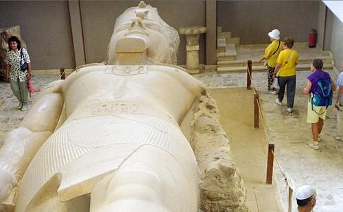 1998 12 Kolossaal Ramses beeld in Memphis por Hans Ollermann.