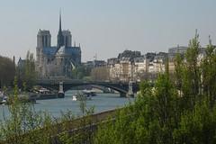 Notre dame, la seine et une péniche (Antoine Millet) Tags: paris seine notredame péniche