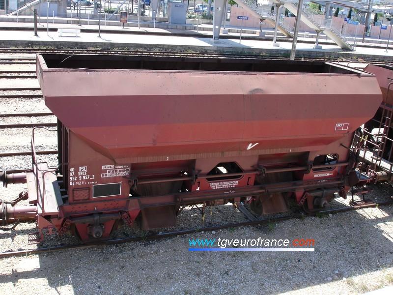 Un wagon SNCF dédié au transport de ballast en gare d'Aubagne