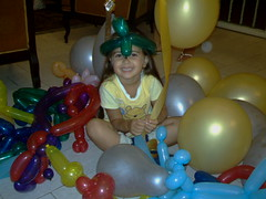Mas bella y me mato!! (La Pluma) Tags: game colors fun colorful child ballon happiness colores nia alegria juego globos pequea