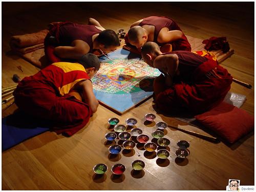 monaci tibetani completano un mandala