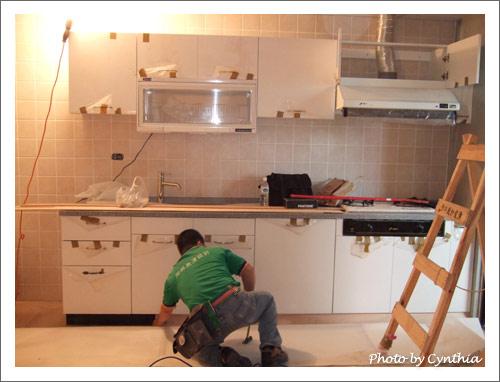 木工師傅開始做廚具踢腳板
